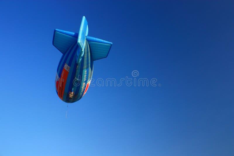 Mongolfiera di forma del dirigibile con chiaro cielo blu fotografia stock libera da diritti