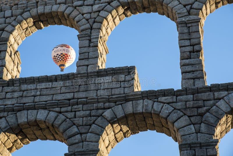 Mongolfiera a Segovia Spagna vicino a Roman Aqueduct #2 immagini stock libere da diritti