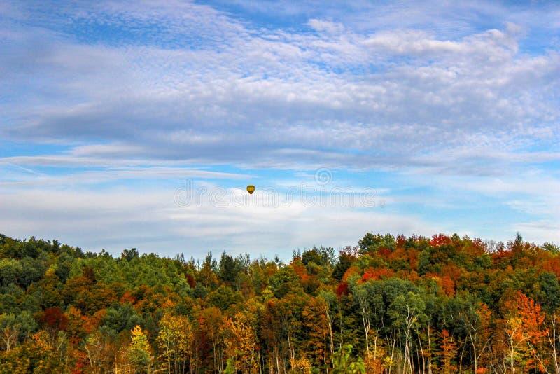 Mongolfiera sopra Autumn Trees fotografia stock libera da diritti