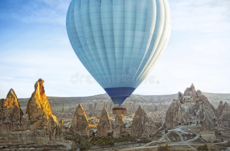 Mongolfiera variopinta che sorvola la valle a Cappadocia fotografia stock