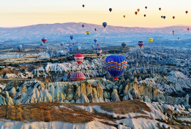 Mongolfiere che sorvolano valle all'alba Cappadocia La Turchia fotografia stock libera da diritti