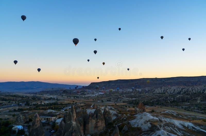 Mongolfiere che sorvolano valle all'alba Cappadocia La Turchia fotografia stock
