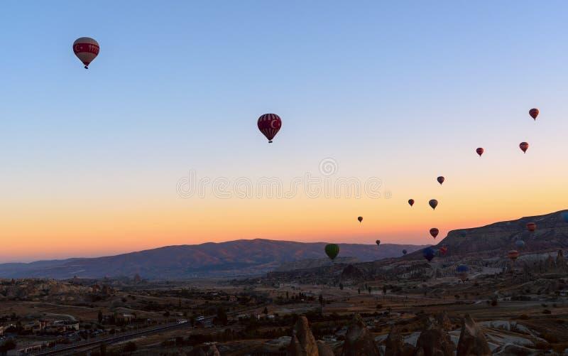 Mongolfiere che sorvolano valle all'alba Cappadocia La Turchia fotografie stock