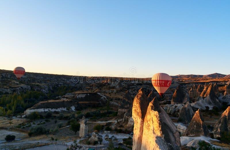 Mongolfiere che sorvolano valle all'alba Cappadocia La Turchia immagini stock libere da diritti