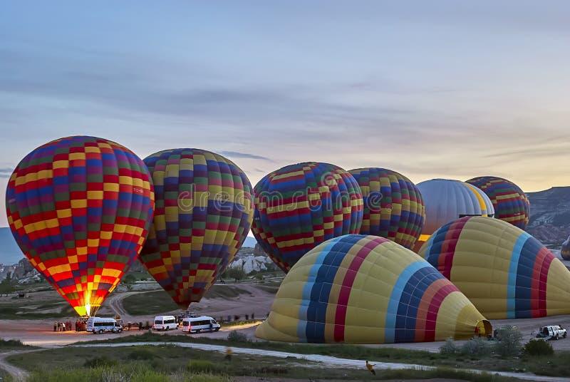 Mongolfiere che sorvolano valle di mattina Cappadocia La Turchia fotografia stock