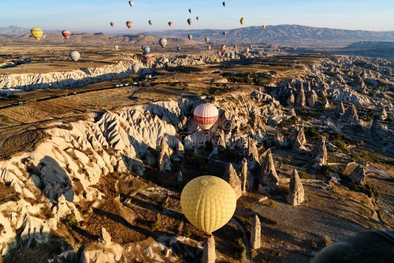 Mongolfiere che sorvolano valle di mattina Cappadocia La Turchia fotografia stock libera da diritti