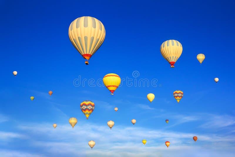 Mongolfiere che volano in cielo Cappadocia del sunsrise fotografia stock libera da diritti