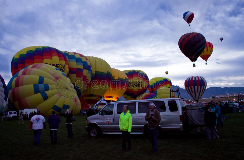 Mongolfiere di Ryders dell'arcobaleno alla festa di Dawn At The Albuquerque Balloon immagine stock