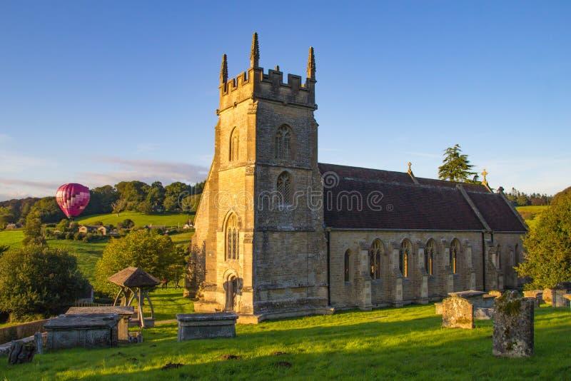 Mongolfiere sopra la chiesa immagini stock libere da diritti
