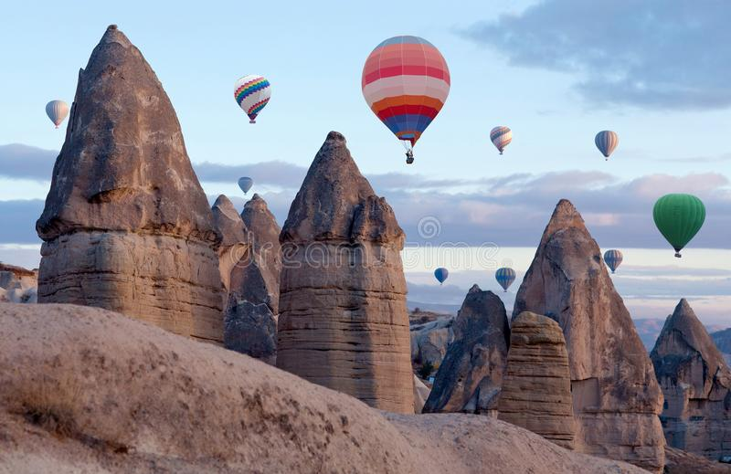 Mongolfiere variopinte che sorvolano Cappadocia, Turchia fotografia stock