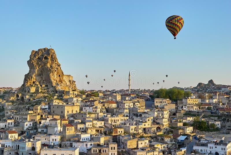Mongolfiere variopinte che sorvolano la valle a Cappadocia immagine stock libera da diritti