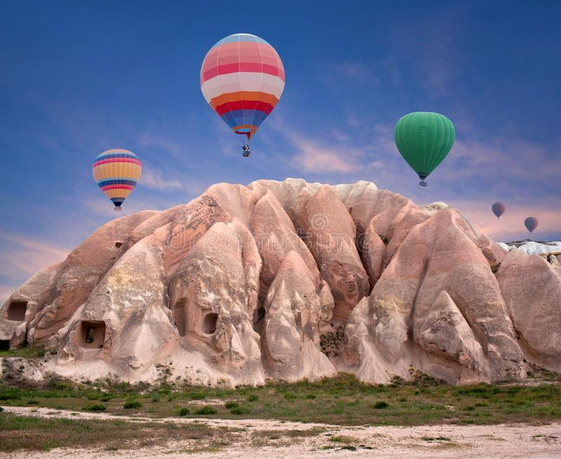 Mongolfiere variopinte che sorvolano valle rossa, Turchia immagine stock libera da diritti
