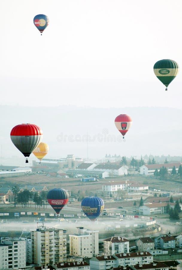 Mongolfiere variopinte nell'aria, mattina nebbiosa fotografia stock