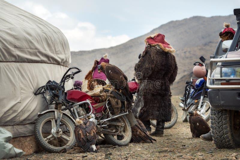 Mongolia, Eagle Festival de oro tradicional, detrás de las escenas del evento: Grupo de cazadores nómadas que miran la competenci fotografía de archivo