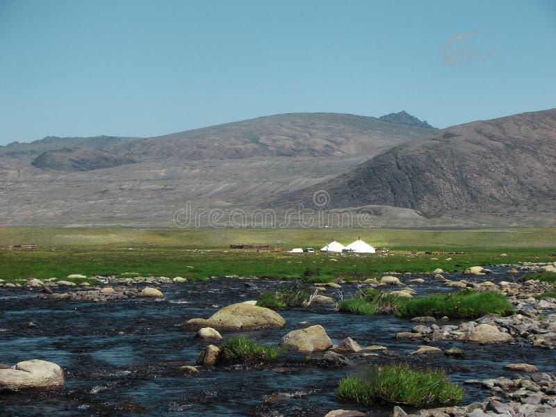Mongoliaanse yoghurt, die ger noemde in een landschap van het noordwesten van Mongolië stock afbeelding