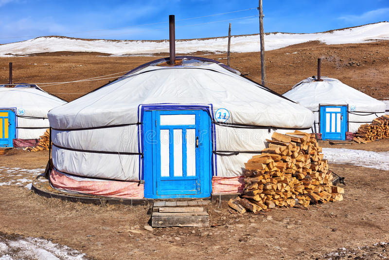 Mongolian Ger (yurt) - nómadas modernos de la vivienda imagenes de archivo