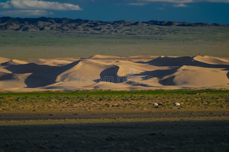 Mongoliet landskap med traditionell mongolisk yurt för nomad royaltyfri fotografi