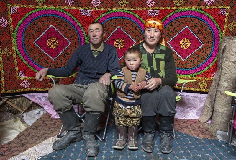 Mongolische Familie in ihrem Haupt-yurt stockfotografie