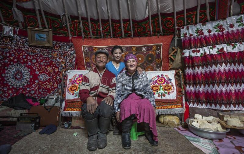 Mongolische Familie in ihrem Haupt-yurt stockbild