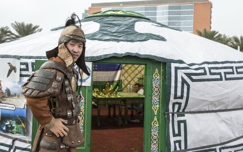 Mongolischer Mann gekleidet als Krieger lizenzfreie stockbilder