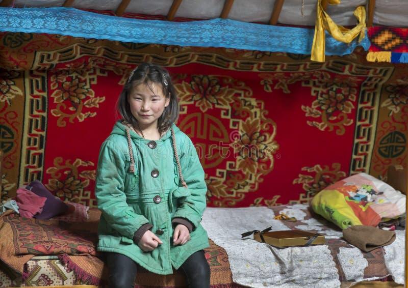 Mongolisches Nomademädchen an ihrem Haupt-yurt lizenzfreies stockfoto