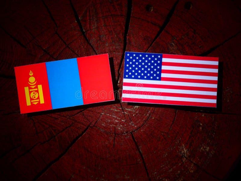 Mongolisk flagga med USA flaggan på en trädstubbe arkivbilder