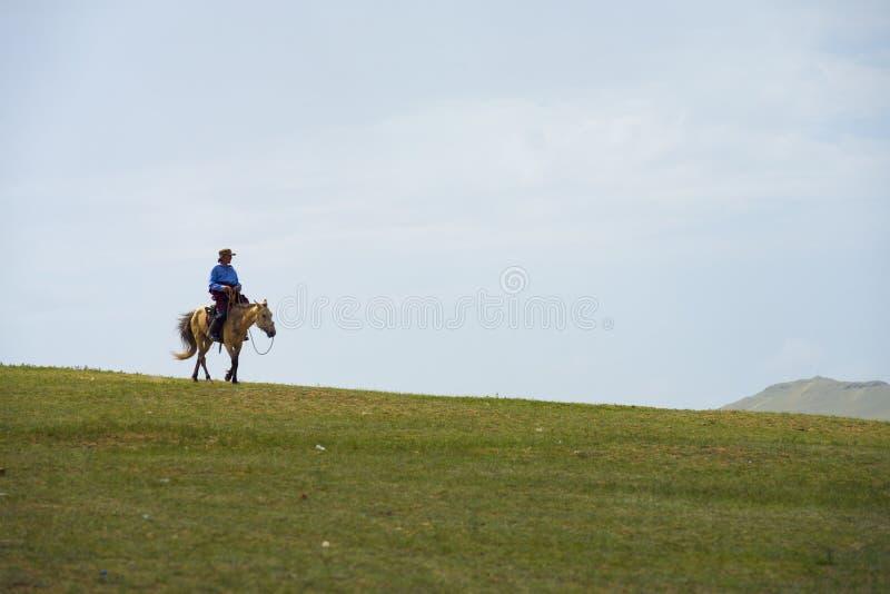 Mongolisk man som rider Ridge Hill Steppe Mongolia arkivfoton