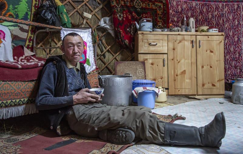 Mongolisk nomadman som dricker te royaltyfria bilder