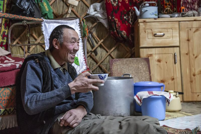 Mongolisk nomadman som dricker te fotografering för bildbyråer
