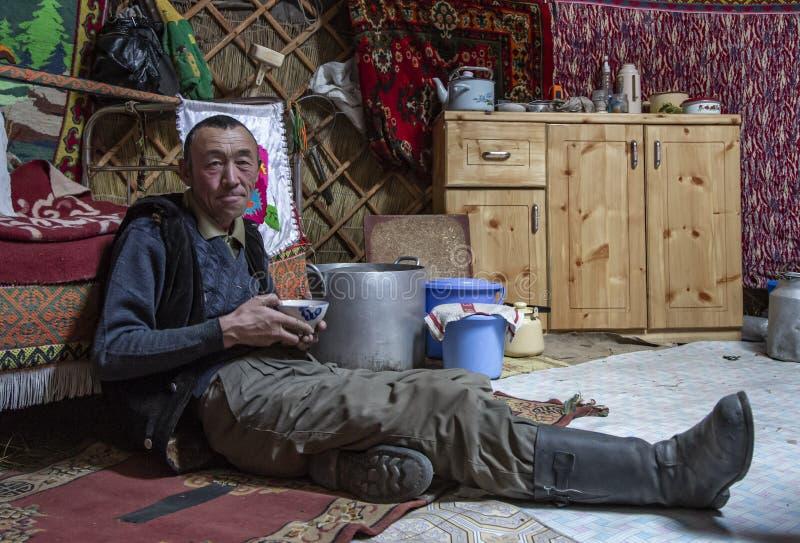 Mongolisk nomadman som dricker te arkivbilder