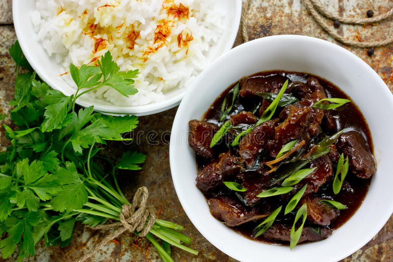 Mongoliskt kött - gnälla kokt i sås med kryddor i asiatisk stil arkivfoton