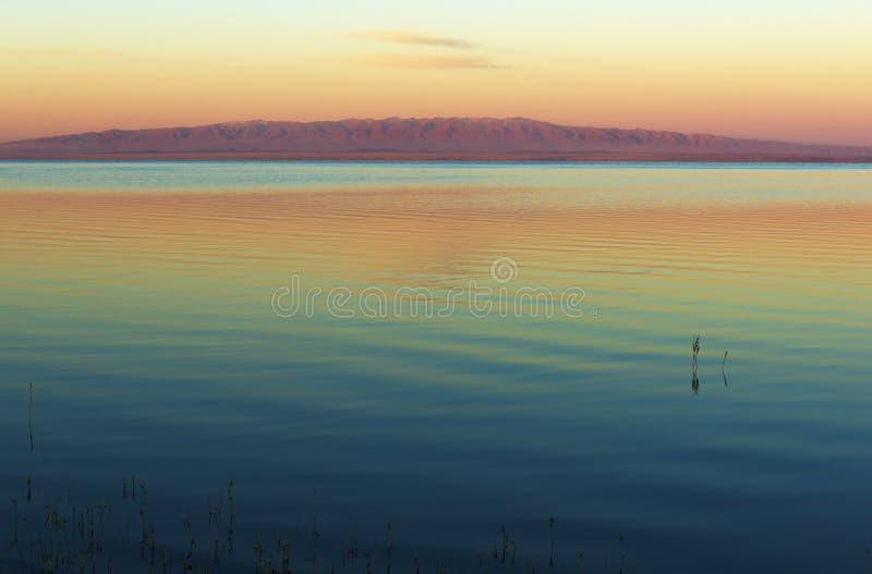 Mongoliskt landskap med sjön och berg royaltyfri fotografi