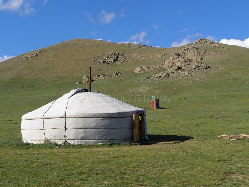 Mongoliskt landskap med yurt arkivbilder