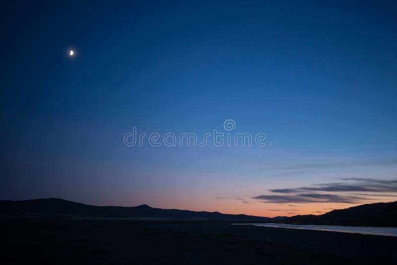 Mongoliskt landskap på solnedgången royaltyfri fotografi
