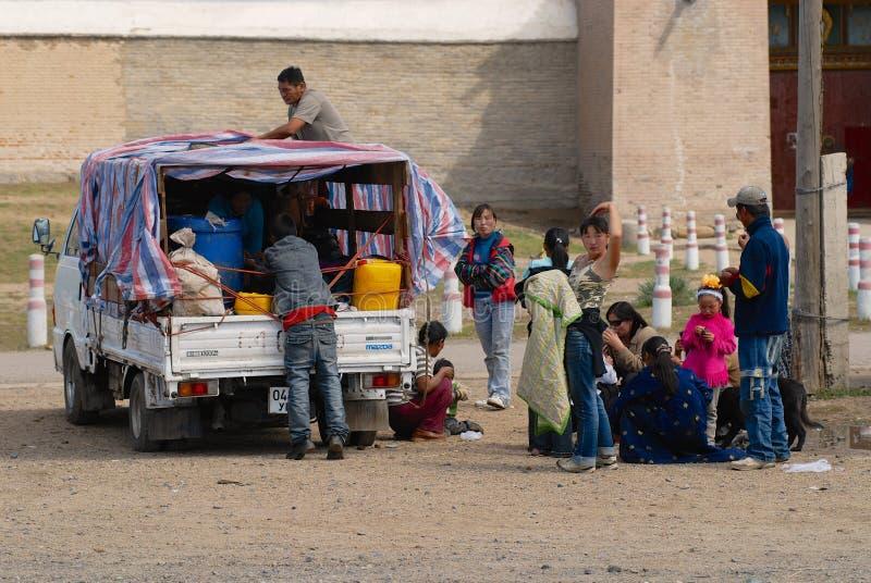 Mongolscy ludzie pinkin na zewnątrz Erdene Zuu w Kharkhorin, Mongolia fotografia stock