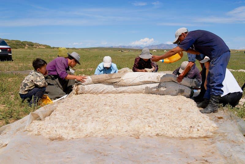 Mongolscy ludzie produkują odczuwanego w Harhorin, Mongolia fotografia stock