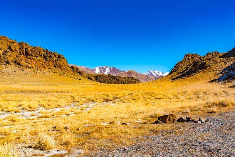 Mongolski halny naturalny krajobraz w jesień słonecznym dniu zdjęcie stock