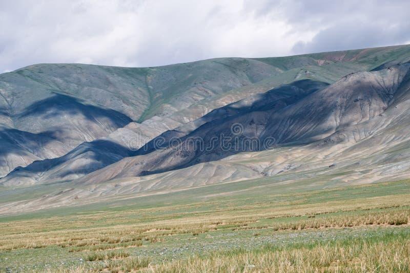 Mongolski halny naturalny krajobrazowy pobliski jeziorny Tolbo-Nuur wewnątrz nor zdjęcie stock