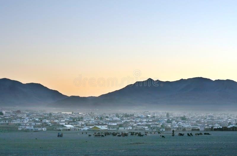Mongools dorp bij zonsondergang royalty-vrije stock foto