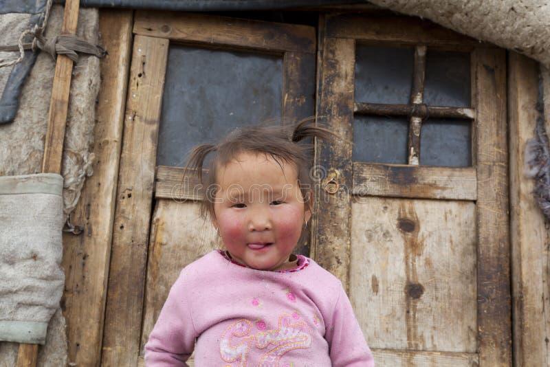 Mongools kind infront van Ger deuren stock afbeeldingen