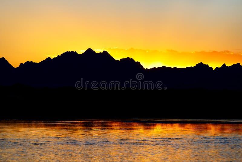Mongools landschap met meer en bergen stock fotografie
