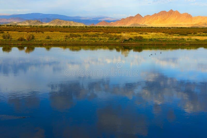 Mongools landschap met meer en bergen stock afbeelding