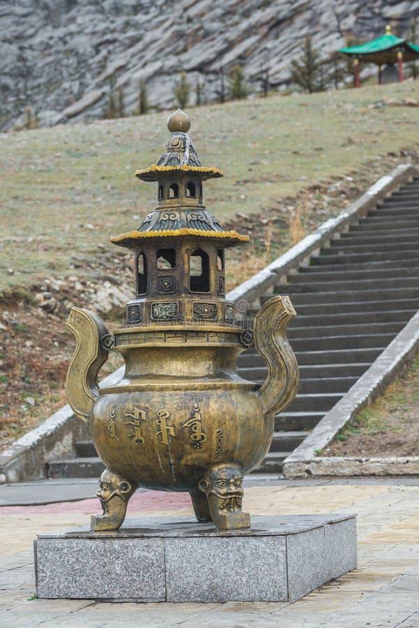 Mongools metaal godsdienstig standbeeld op voetstuk stock foto's