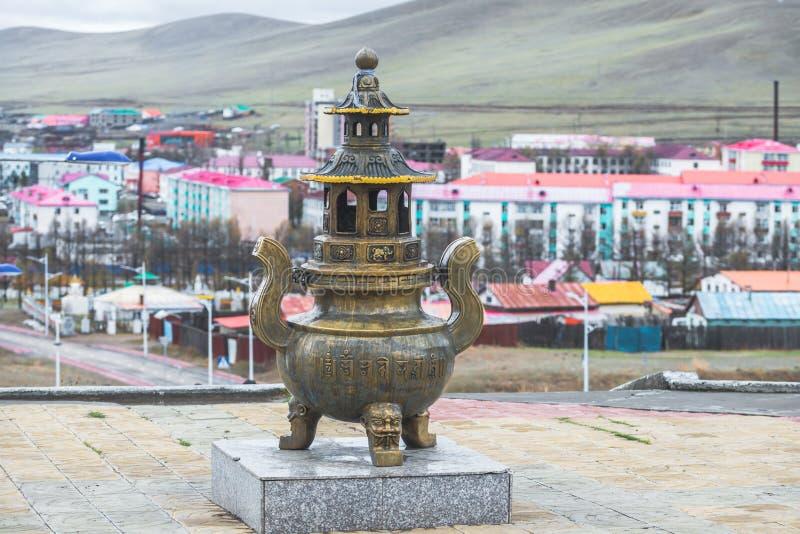 Mongools metaal godsdienstig standbeeld op voetstuk stock foto
