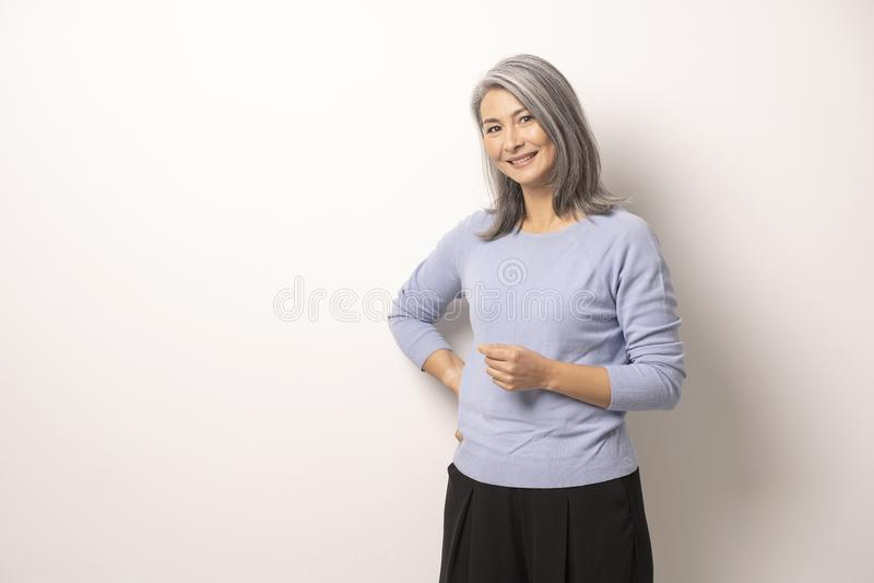 Mongools mooi Gray Haired Woman op een Witte Achtergrond stock fotografie
