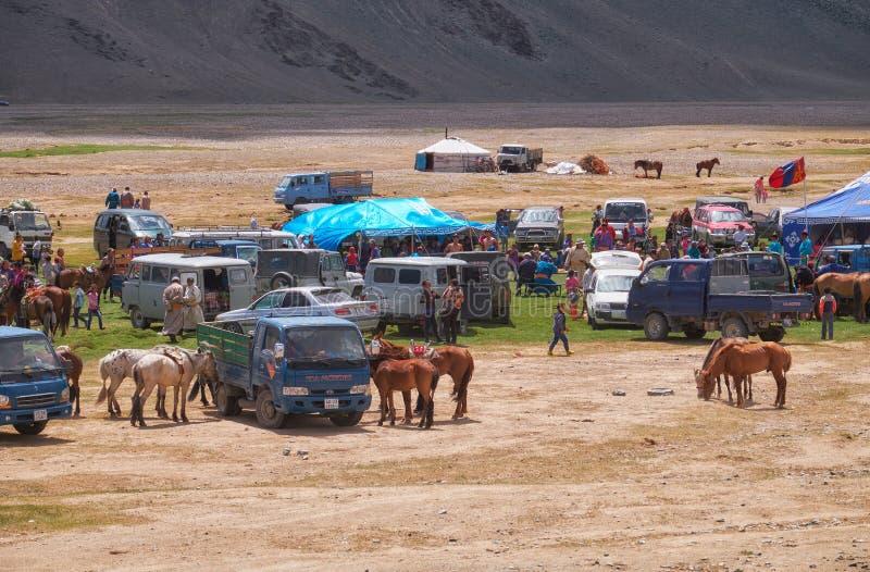 Mongools nomadekamp De gasten kwamen aan de nationale feestdag en de nationale het worstelen competities stock foto