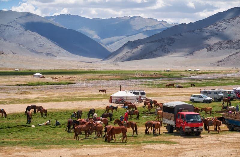 Mongools nomadekamp De gasten kwamen aan de nationale feestdag en de nationale het worstelen competities stock afbeeldingen