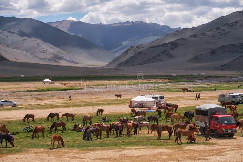 Mongools nomadekamp De gasten kwamen aan de nationale feestdag en de nationale het worstelen competities royalty-vrije stock afbeeldingen