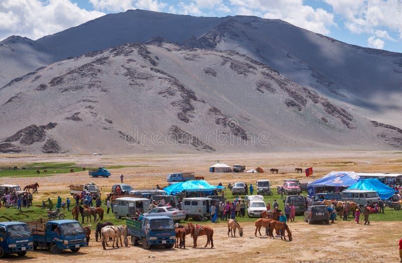 Mongools nomadekamp De gasten kwamen aan de nationale feestdag en de nationale het worstelen competities royalty-vrije stock fotografie