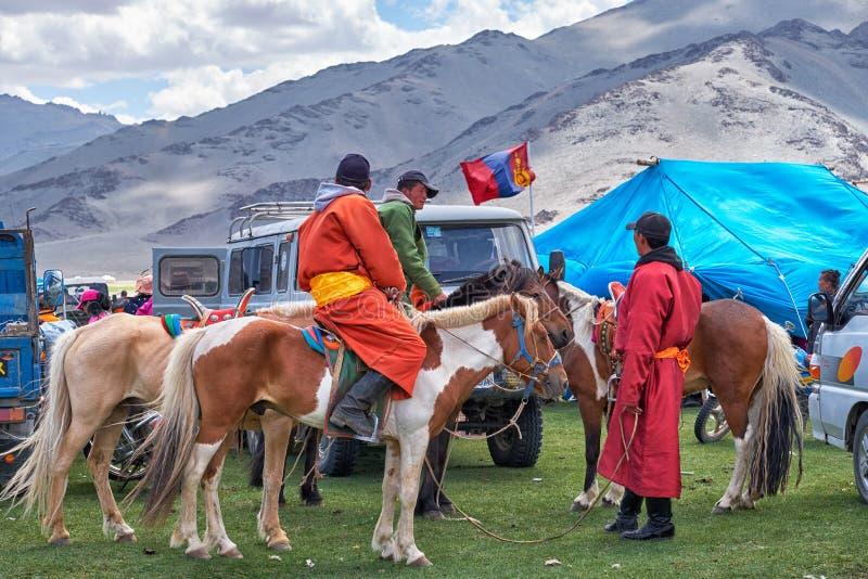 Mongools nomadekamp De gasten kwamen aan de nationale feestdag en de nationale het worstelen competities royalty-vrije stock foto